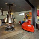 Кожаный диван необычной формы на кухне