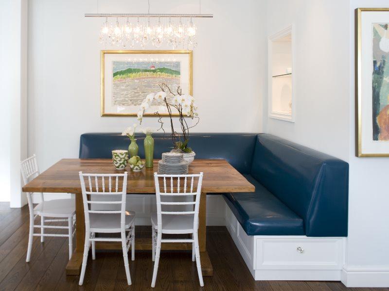 Мягкий кухонный уголок с кожаным диванчиком