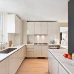 Белые фасады кухни в частном доме