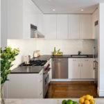 Красивая белая маленькая кухня