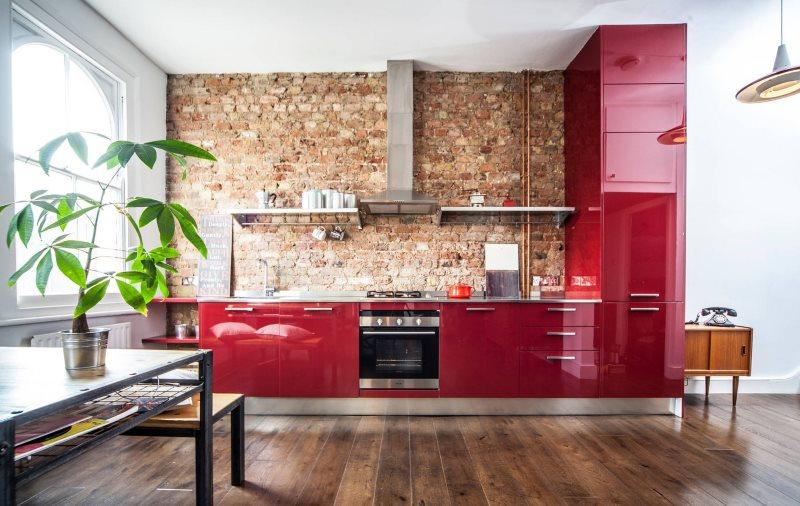 Кирпичная стена в кухне с коричневым полом
