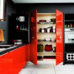 Красные дверцы для черной кухни