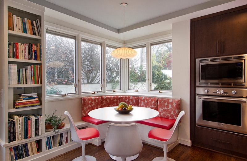 Красные сидения кухонного уголка