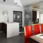 Красные стулья для бело-коричневой кухни