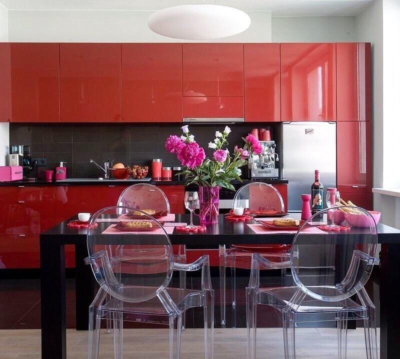 Линейный гарнитур красного цвета в кухне с коричневым столом