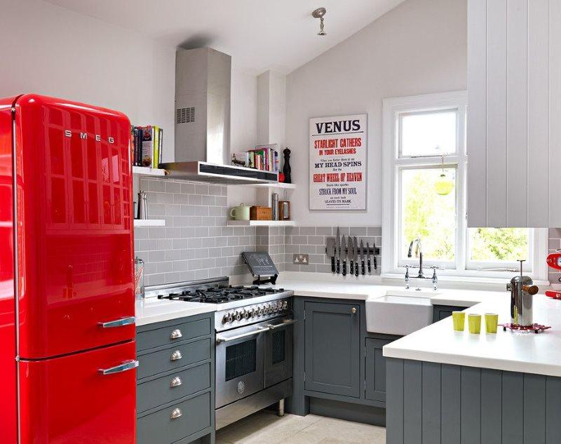 Красный ретро-холодильник в верой кухне частного дома