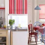 Красный текстиль и элементы декора на кухне