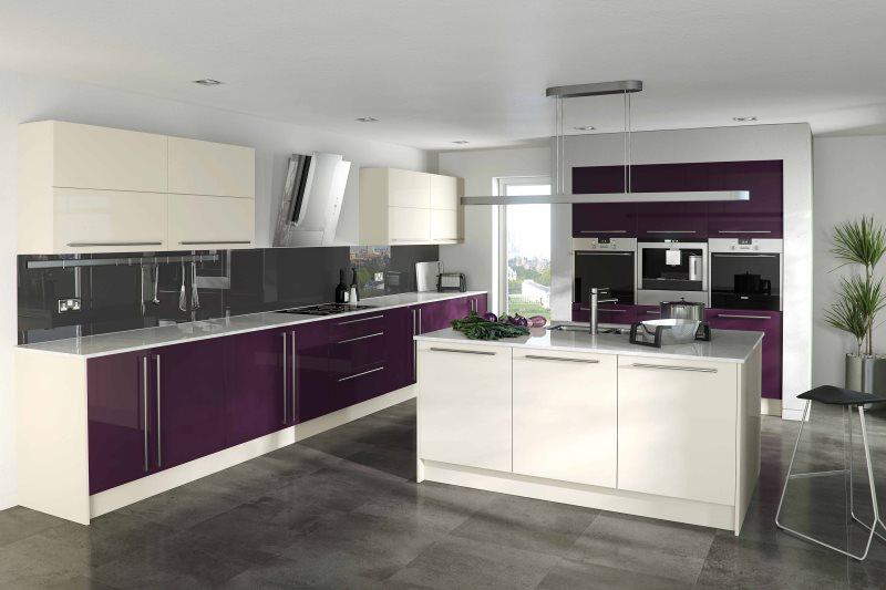 Интерьер кухни в стиле хай тека с гарнитуром баклажанного цвета