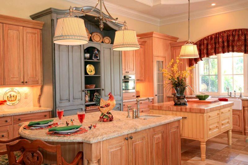 Серый шкаф и шкафчики персикового тона в кухне кантри