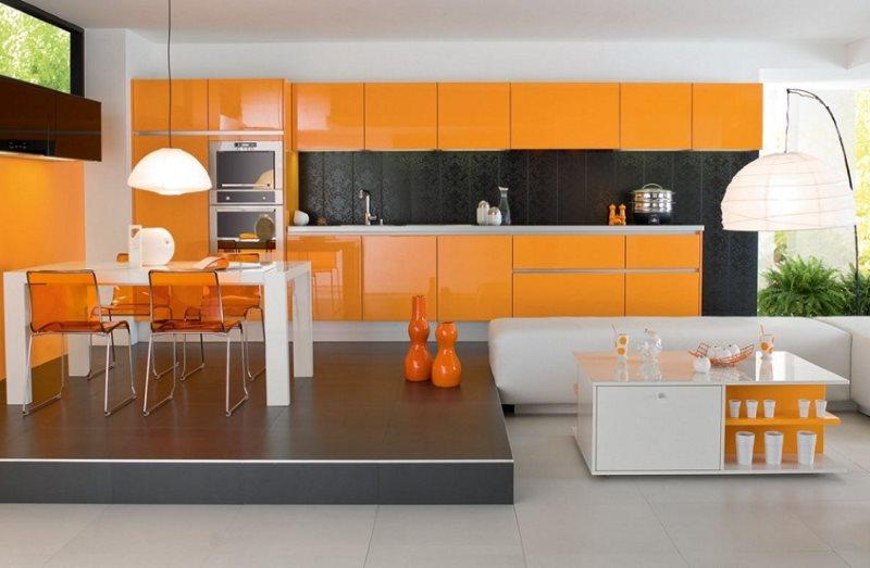Оранжевая кухня с обеденной зоной на подиуме