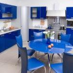 Кухня с синим гарнитуром, круглым синим столом и стульями