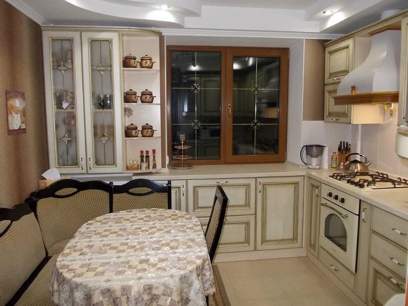 Кухня с диванчиком в квартире панельного дома