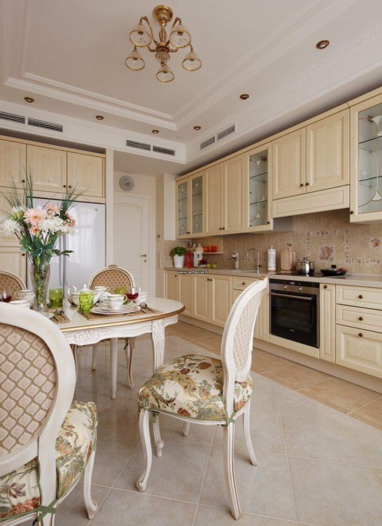 Интерьер светлой кухни в классическом стиле