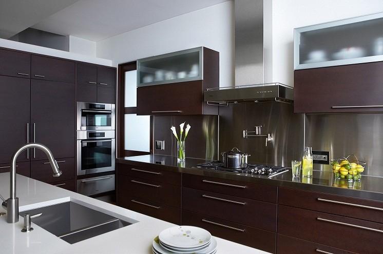 Кухонный смеситель на белой столешнице