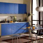 Кухоння мебель с голубыми тиснеными дверцами