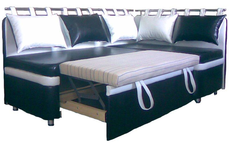Черные и белые подушки на спинке кухонного дивана