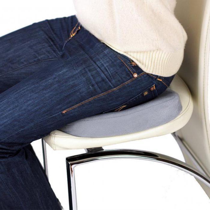 Ортопедическая подушка квадратной формы на офисном стуле