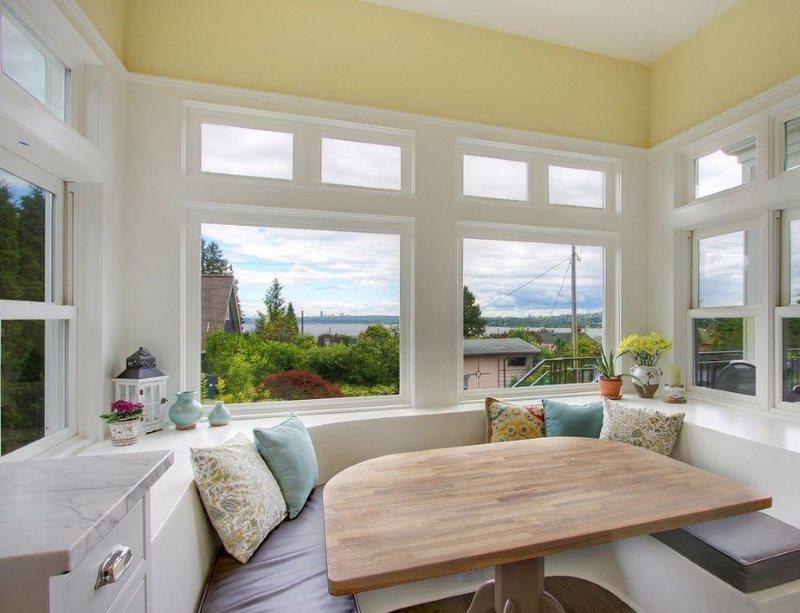 Оформление мягкой зоны в квадратном эркере частного дома