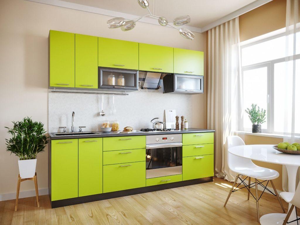 Линейный гарнитур с фасадами лайма-венге в кухне с деревянным полом