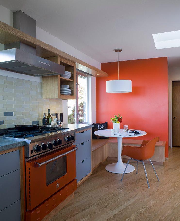 Ламинированный пол под дерево в кухне с оранжевой стеной