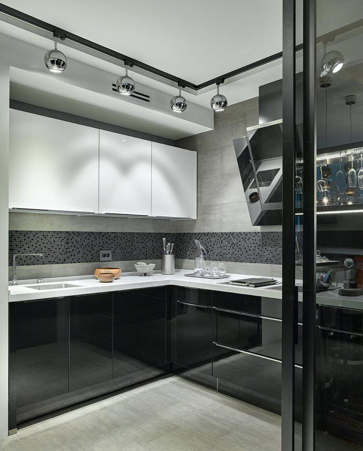 Интерьер компактной кухни в черно-белом цвете