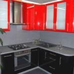 Маленькая черно-красня угловая кухня