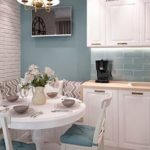 Маленькая кухня с круглым столиком и диванчиком
