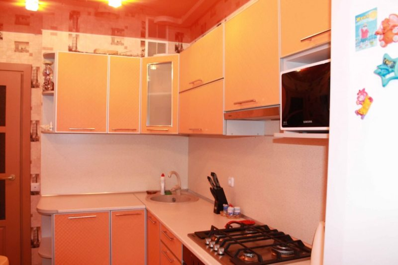 Компактная угловая кухня в персиковых оттенках