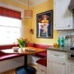 Маленький красный диванчик на кухне