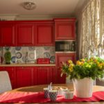 Матовый кухонный гарнитур со стеклянным фартуком с принтом и нейтральными австрийскими шторами