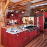 Мебель из массива в просторной кухне загородного дома дачного интерьера