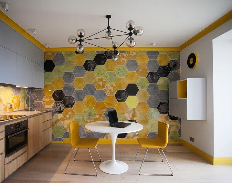 Оригинальная отделка стены кухни шестиугольной плиткой