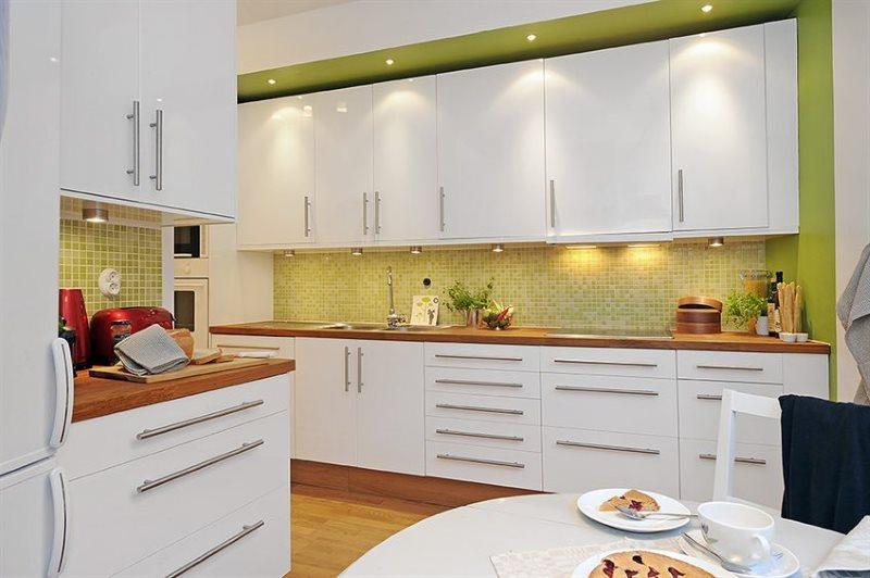 Фартук из мозаики в кухне с белыми шкафами