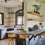 Небольшая кухня с большим количеством окон и барной стойкой вокруг стены