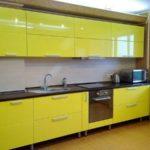 Небольшая желтая линейная кухня