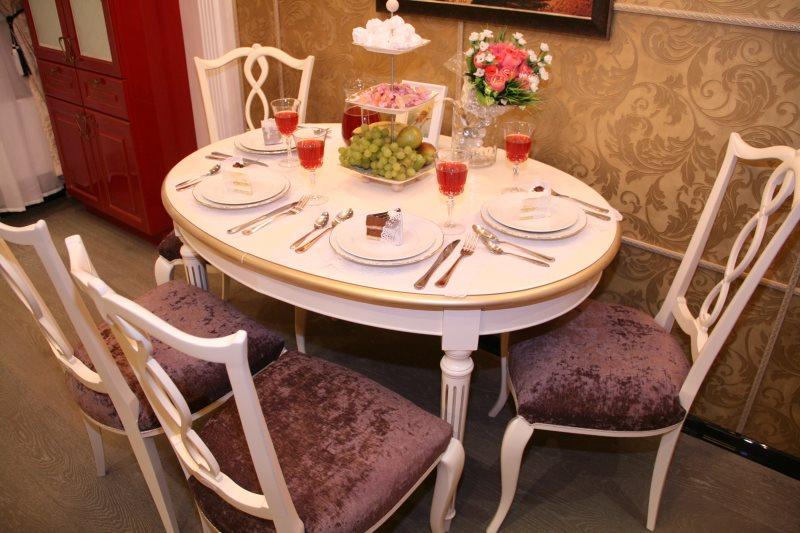 Овальный обеденный стол в небольшой кухне городской квартиры