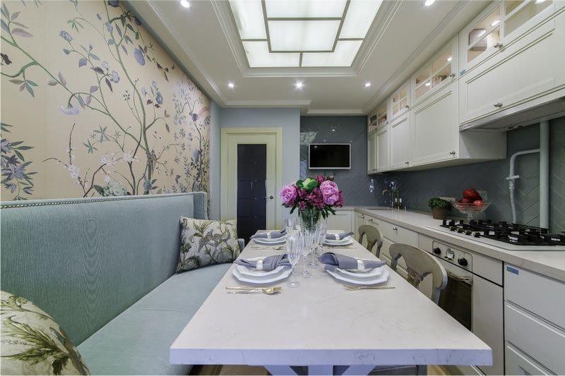 Дизайн узкой кухни в стиле прованс с голубым диваном