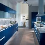 Огромная синяя кухня с голубым