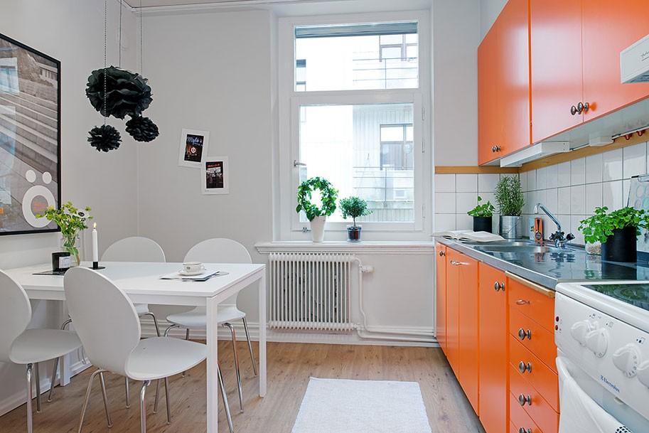 Сочетание белого с оранжевым цветом в интерьере кухни