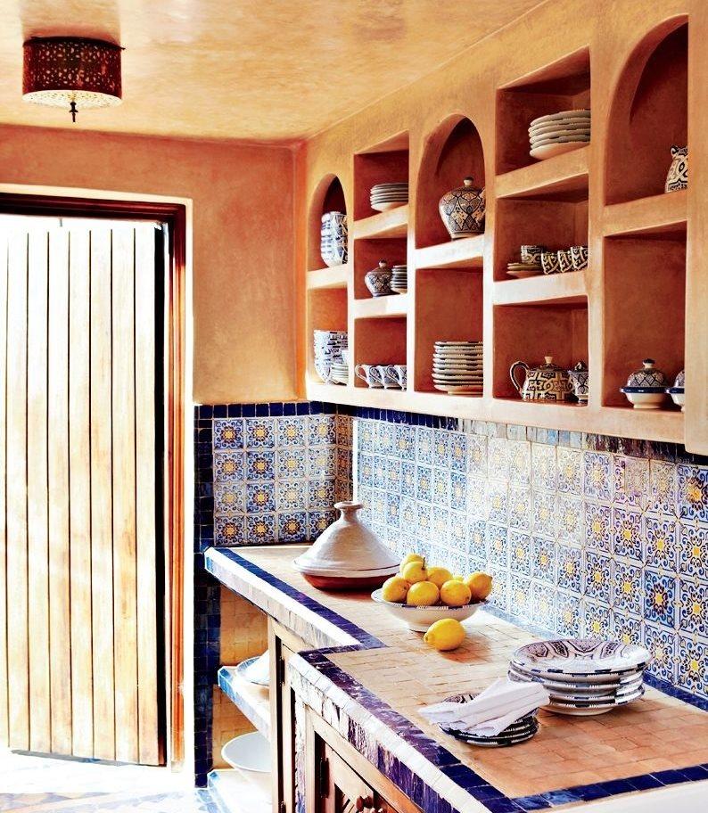 Открытые полки с посудой на кухне в этностиле
