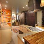 Интерьер узкой проходной кухни