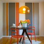 Оранжевые стулья на светлом коврике