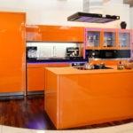 Кухонный остров оранжевого оттенка