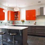 Подвесные шкафчики яркого цвета в кухне частного дома