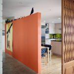 Зонирование кухни гостиной оранжевой перегородкой