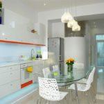 Узкие оранжевые полоски на кухонной мебели