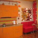 Бардовый диванчик и оранжевый гарнитур