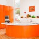 Оранжево-белый кухонный остров
