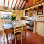 Оранжевый пол на кухне в стиле кантри