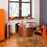 Ретро холодильник оранжевого цвета